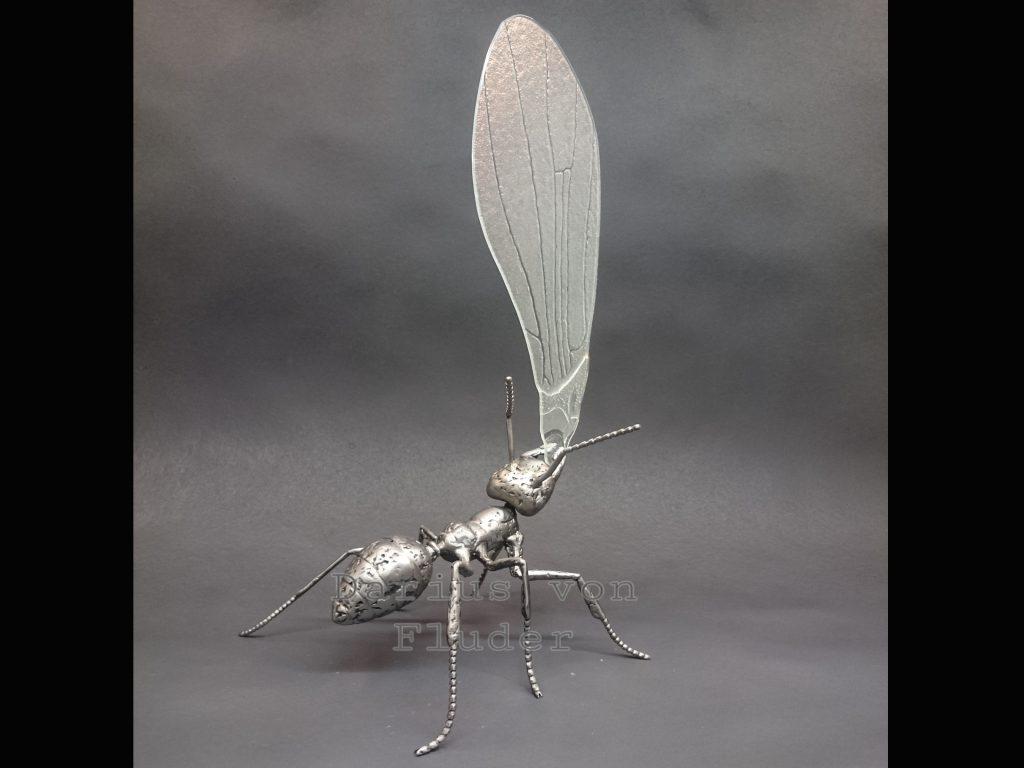 rzeźba z metalu mrówka