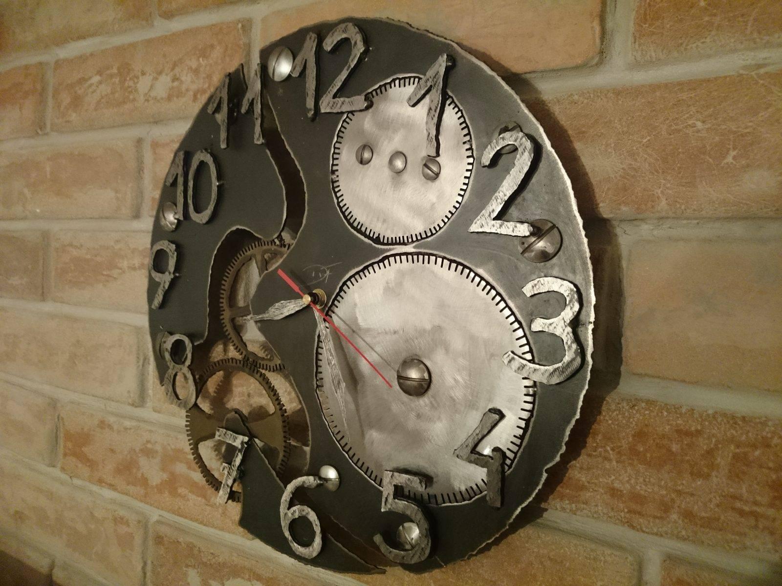 zegar z metalu